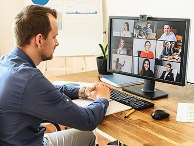 Man bezig met een online meeting achter de PC